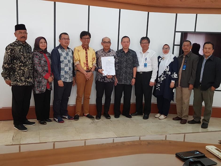 Penyerahan SK Pengangkatan Guru Besar a.n. Prof. Dr. Ade Gafar Abdulah, M.Si.