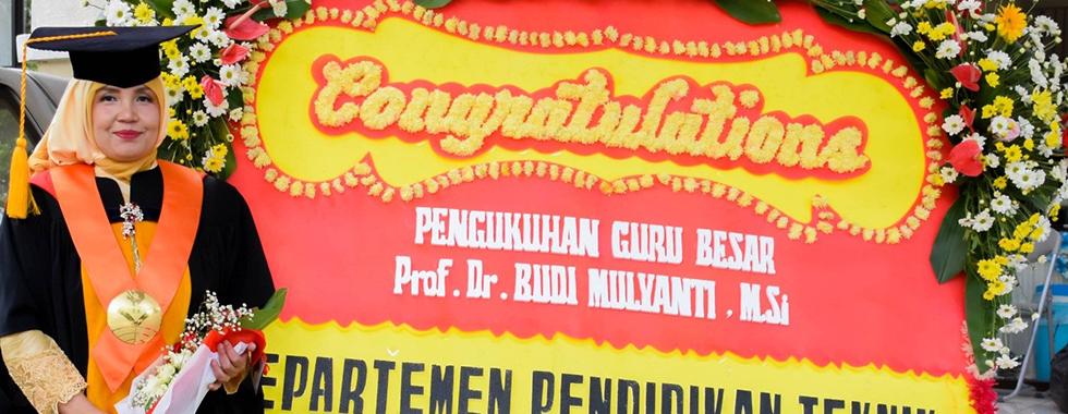 Rektor Universitas Pendidikan Indonesia lantik dan mengukuhkan Prof. Dr. Hj.  Budi Mulyanti, M.Si