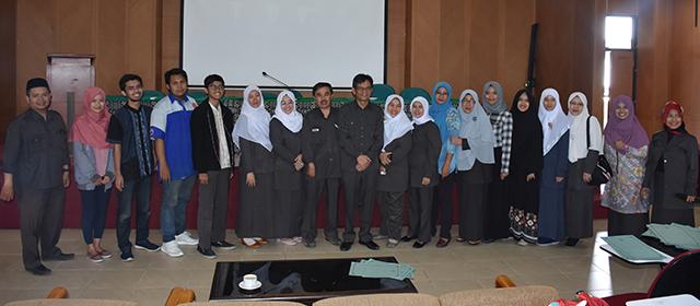 Dekan FPTK memberikan Penghargaan kepada Dosen & Mahasiswa Berprestasi