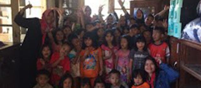Wanita Gandawesi Berikan Trauma Healing Untuk Korban Banjir Bandung